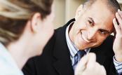 Coachingsituation lachender Mann im Gespräch mit Coach